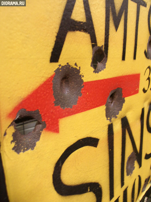 Дорожный указатель: следы попаданий пуль, Museum Sinsheim, Германия (Копилка Diorama.Ru)