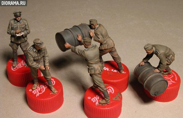 Обзоры: Немецкие солдаты с топливными бочками